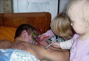 сережка помогает мне делать папе макияж