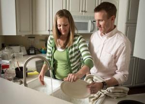 идеальный муж помогает мыть посуду
