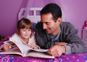 настоящий отец читает ребенку перед сном
