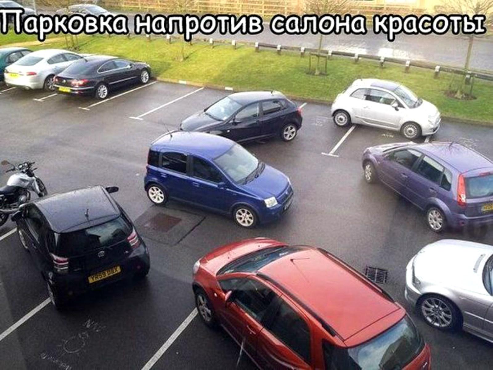 женщина за рулем парковка у салона красоты