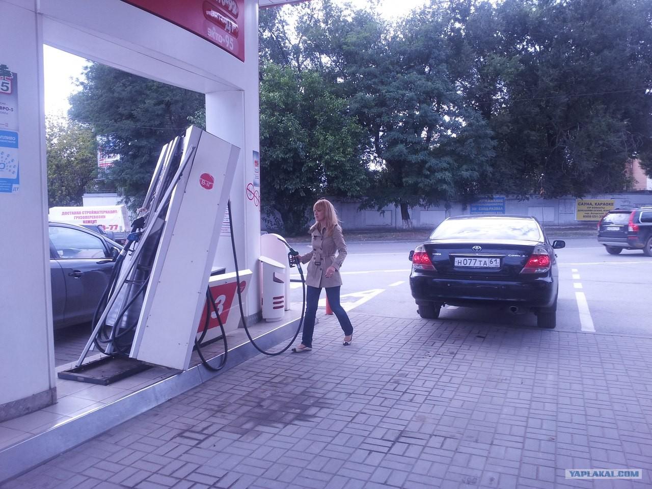 женщина и бензоколонка