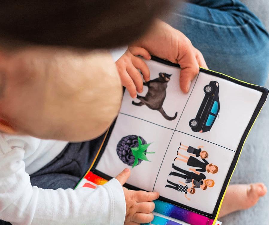 Родители вместе читайте книжку с картинками